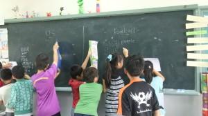 4年生② 聞こえた単語を辞書で調べて黒板に書きだしています。
