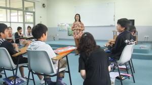 6年生② インタビュー。一緒に参加させてもらいました。先生の質問に'Yes''No'で答えてはいけません。 先生:'Do you like durians?' 児童A:'I don't like durians, because they're very smelly.'ですって!